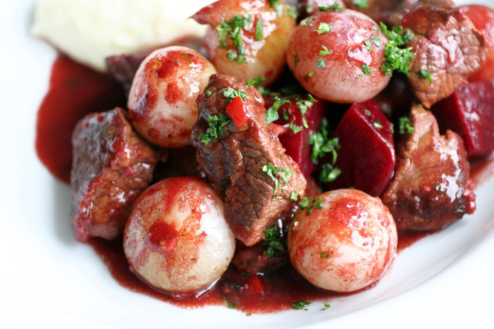 Тушеное мясо со свеклой рецепт