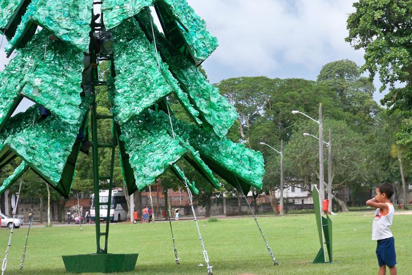 Árvores de natal criadas e desenvolvidas com materiais recicláveis tinham 12 metros de altura.