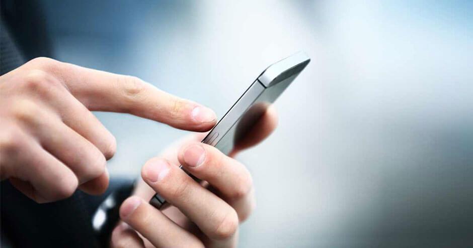 imagem de uma pessoa fazendo uma ligação em um iphone