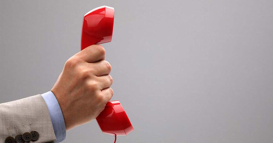 imagems de uma mão segurando um telefone vermelho