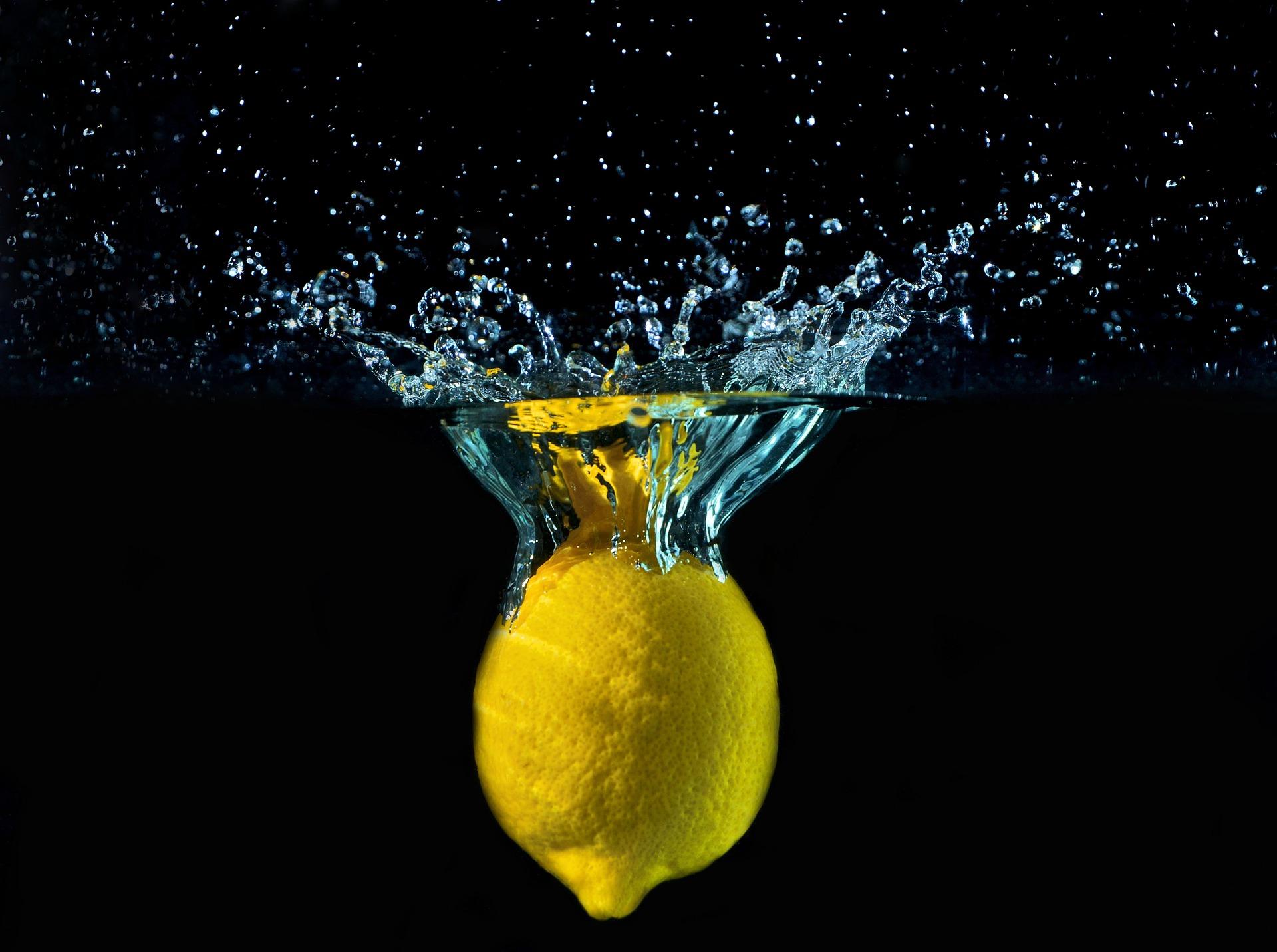 fresh produce: lemon in water