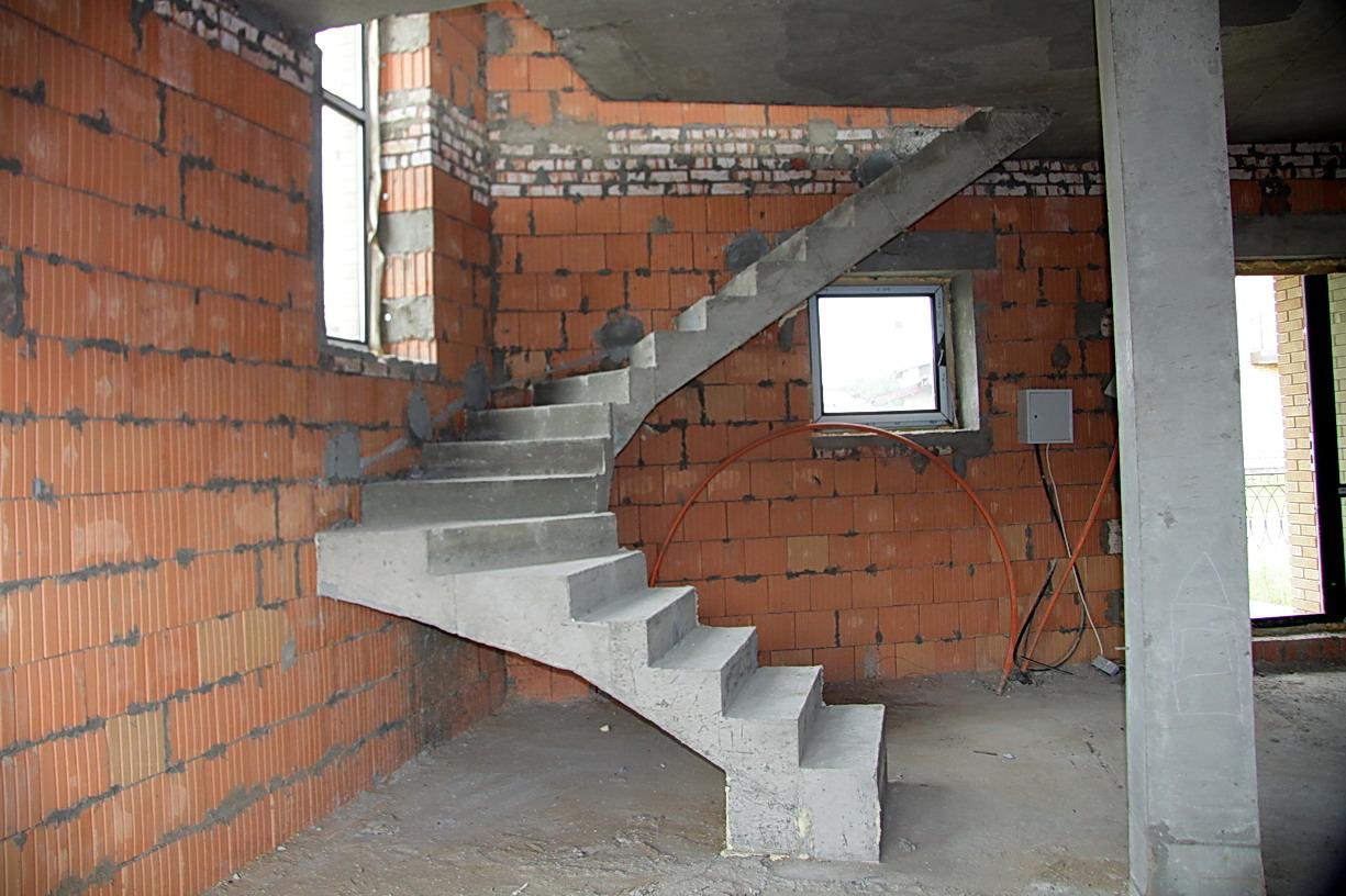Бетонная лестница в коттеджном поселке Марсель