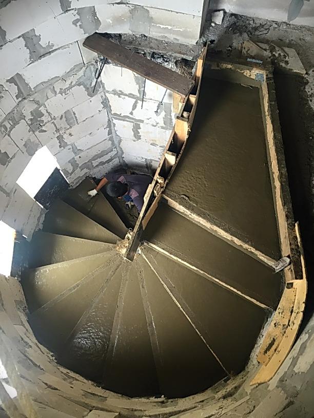 Выравниваем бетон ступеней лестницы до гладкой ровной поверхности