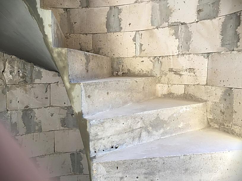 Тонкое основание бетонной лестницы