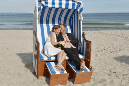 Hochzeitsfoto im Strandkorb - Hochzeitsfotograf Binz Rügen
