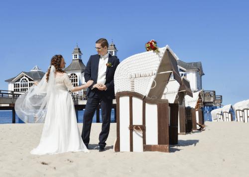Hochzeitspaar am Strand mit Selliner Seebrücke - Hochzeitsfotograf