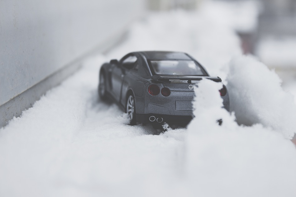 car drivng in ice and snow