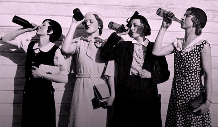 Femmes buvant de la bière dans les années 30