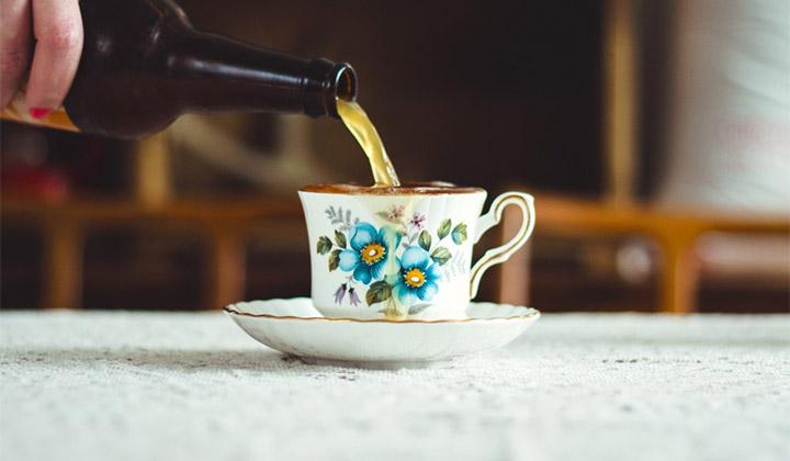 Bière servie dans une tasse de thé