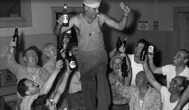 Ouvriers américains heureux autour d'une bière