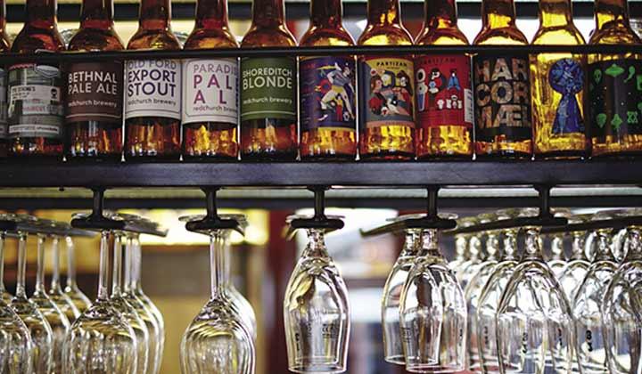 Verres et bouteilles dans un craft beer bar
