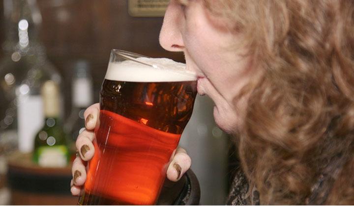 Femme buvant une pinte de craft beer