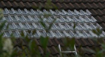 Tuile solaire thermique pour plancher solaire