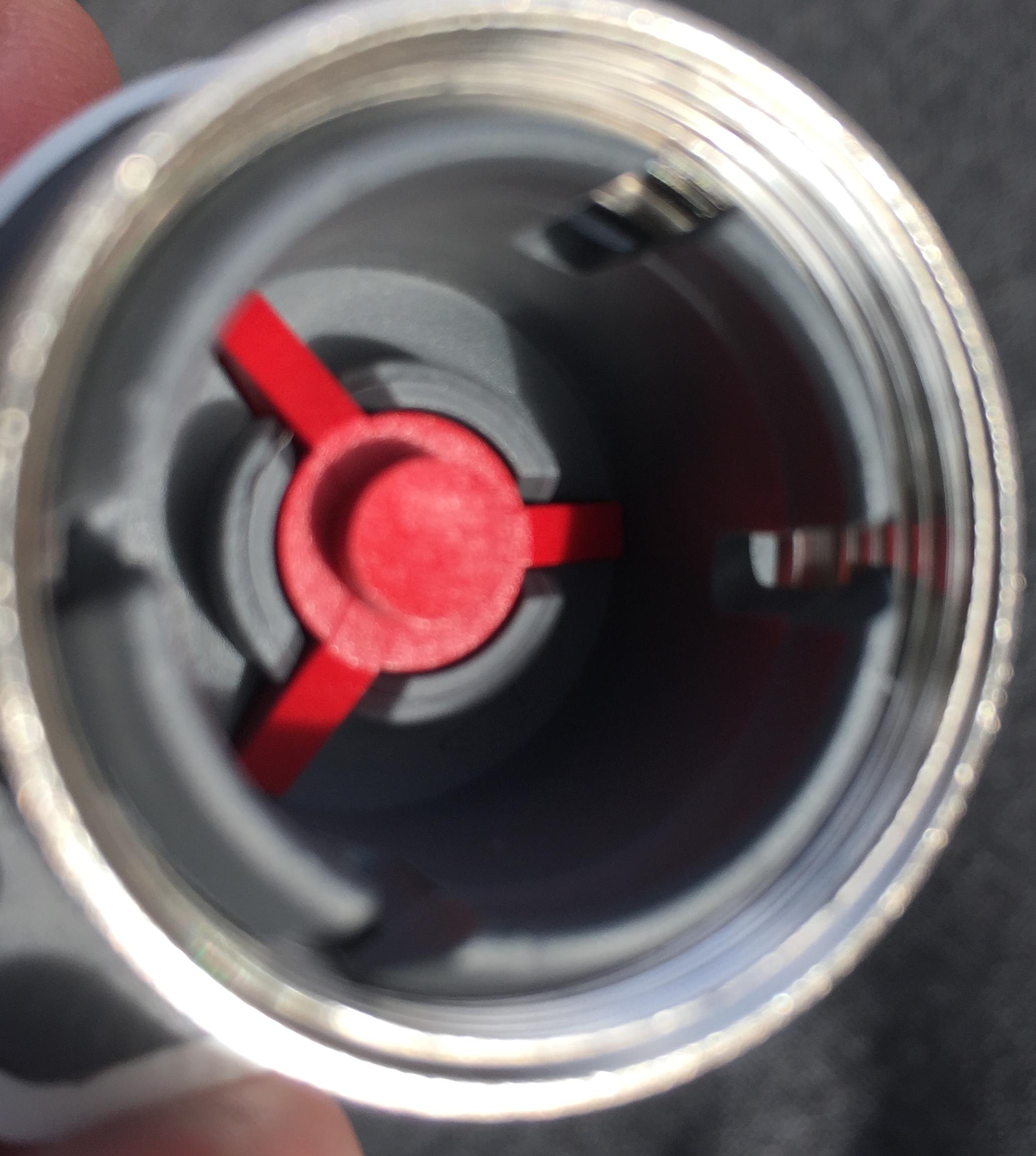 Quand fermé, le téton rouge de l'actuateur ou micro-moteur dépasse et son support affleure le guide gris