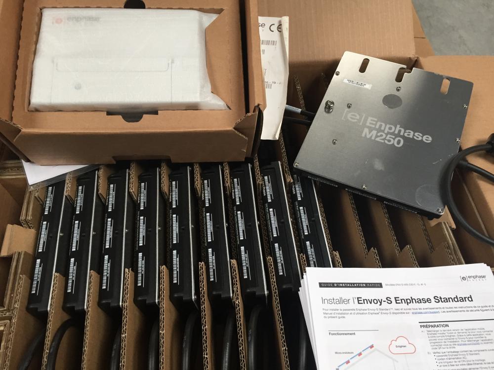 12 micro-onduleur Enphase M250 , une passerelle internet, les guides