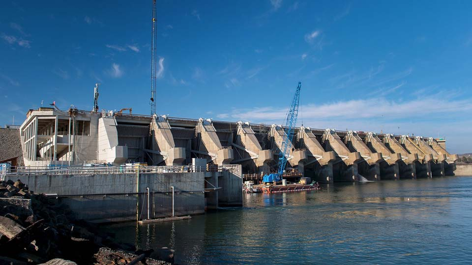 Nicholson installed anchors to repair a 65ft by 2in wide crack in the Wanapum Dam