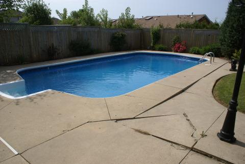 Contour de piscine endommagé
