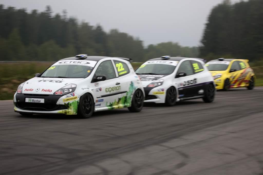 Albin Wärnelöv tätt följd på Mantorp Park i sin racingbil