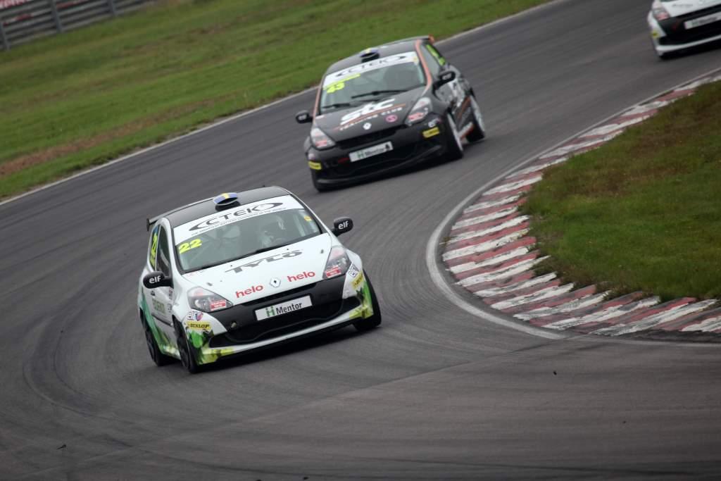 Albin Wärnelöv jagar sin andraplats på Mantorp Park i sin racingbil