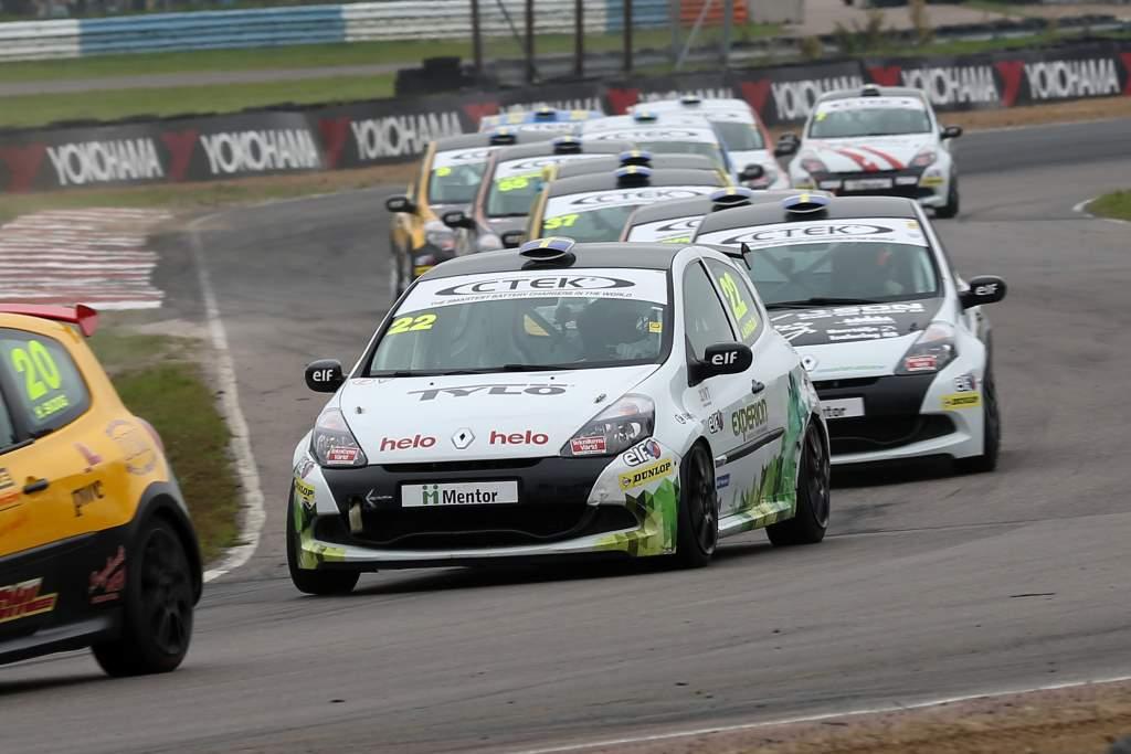Albin Wärnelöv tätt efter Henrik Skoog i Clio Cup Racing