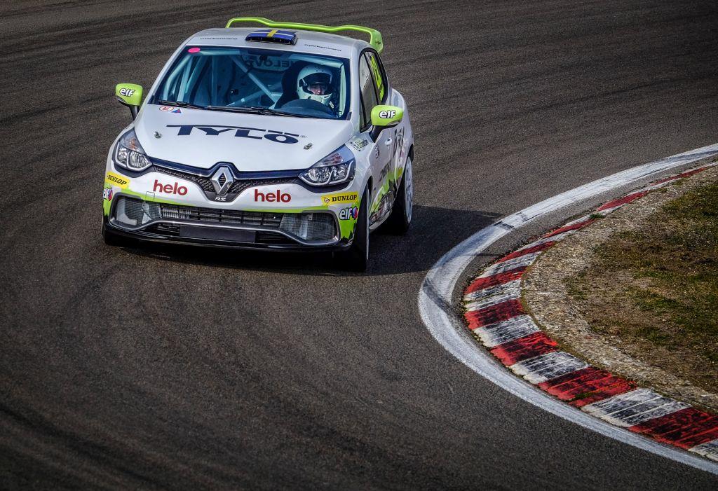 Albin Wärnelöv i sin Clio Cup racingbil på Zandvroot