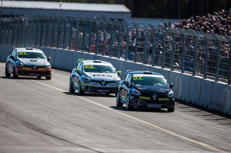 Albin jagar Peter Larsson i Clio Cup på Skövde