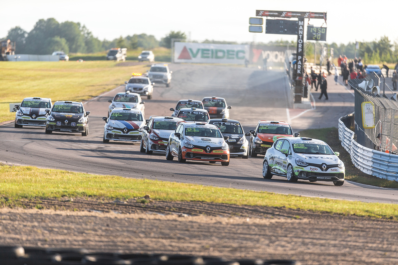 Albin tvåa i startkurvan på Mantorp Park i Clio Cup racing