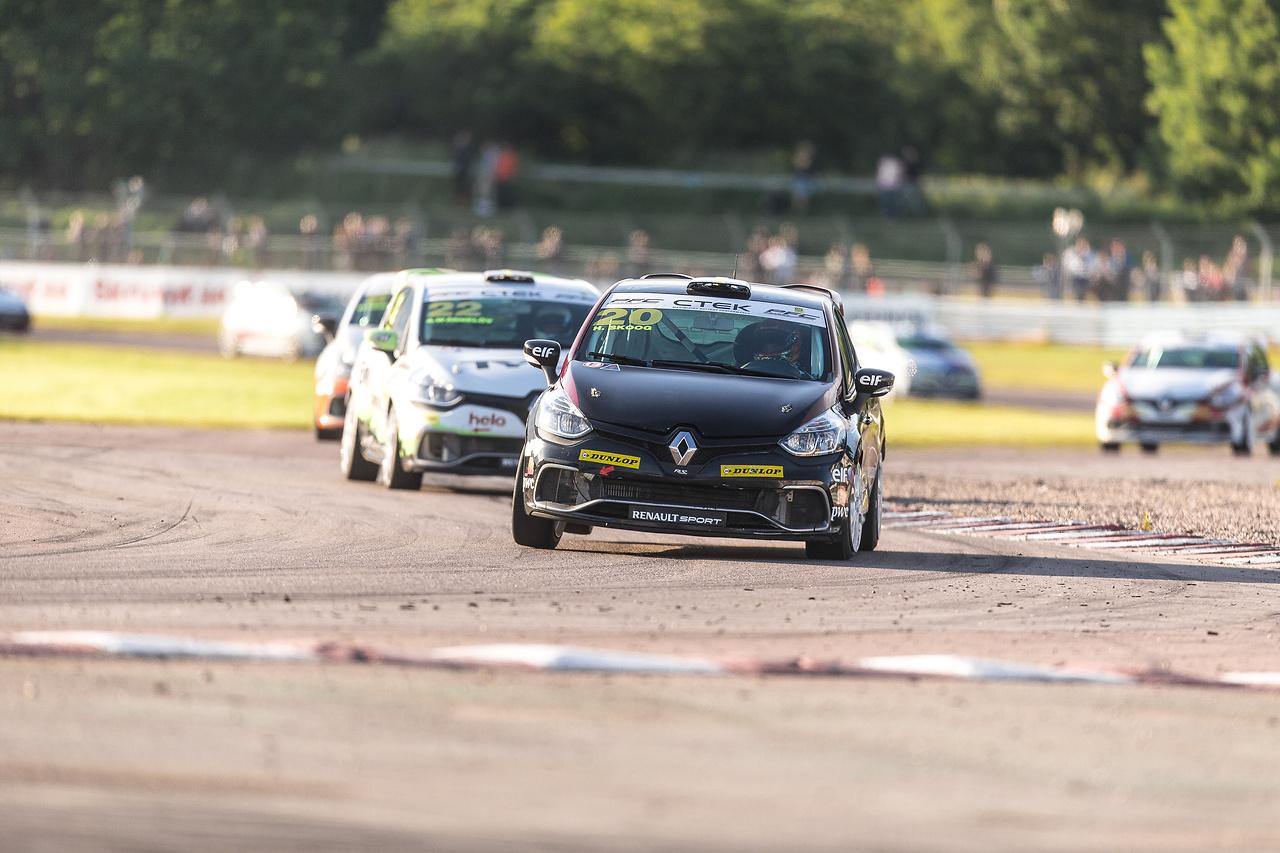 Henrik Skoog jagas av Albin Wärnelöv i Clio Cup racing