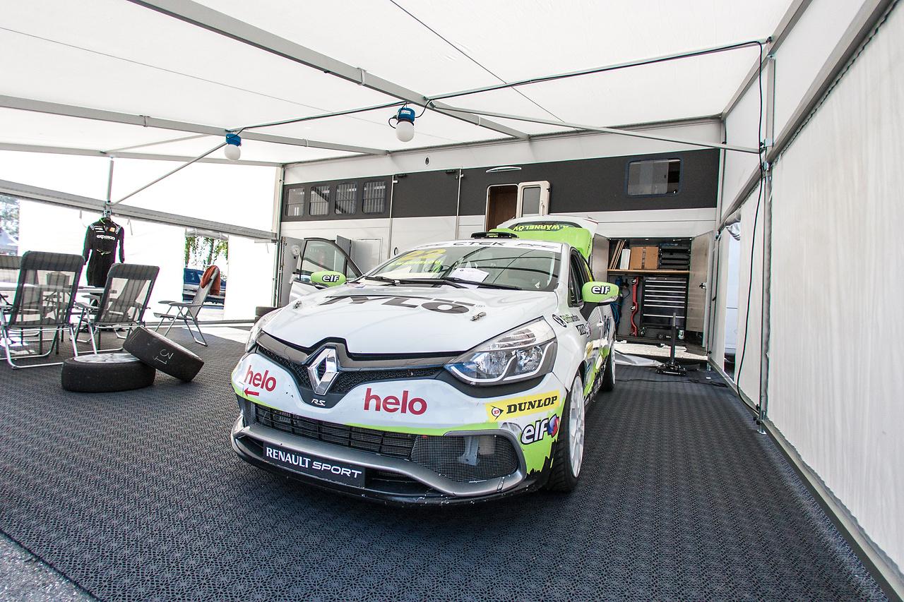 Experion Racing Teams lastbil, tält och Clio Cup bild