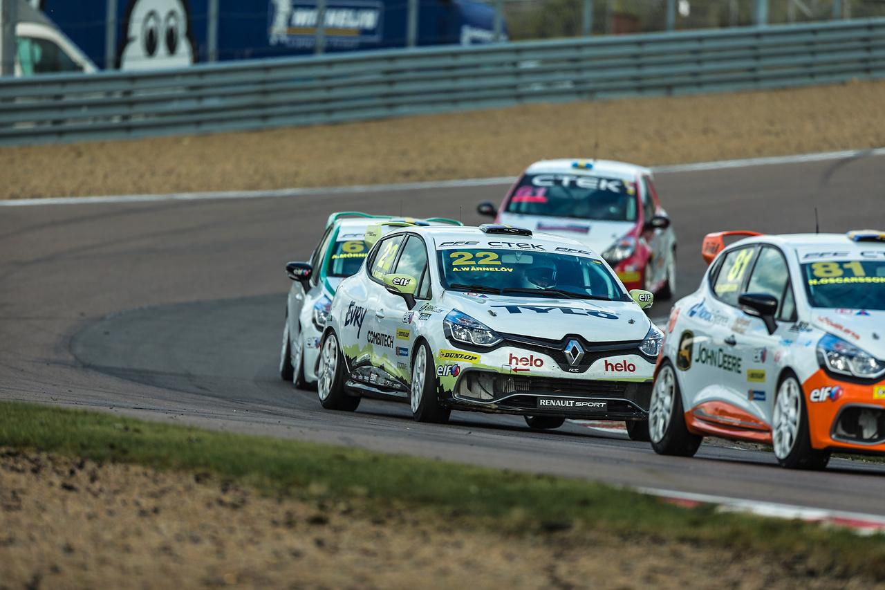 Albin Wärnelöv på sladd med sin Clio Cup racing bil
