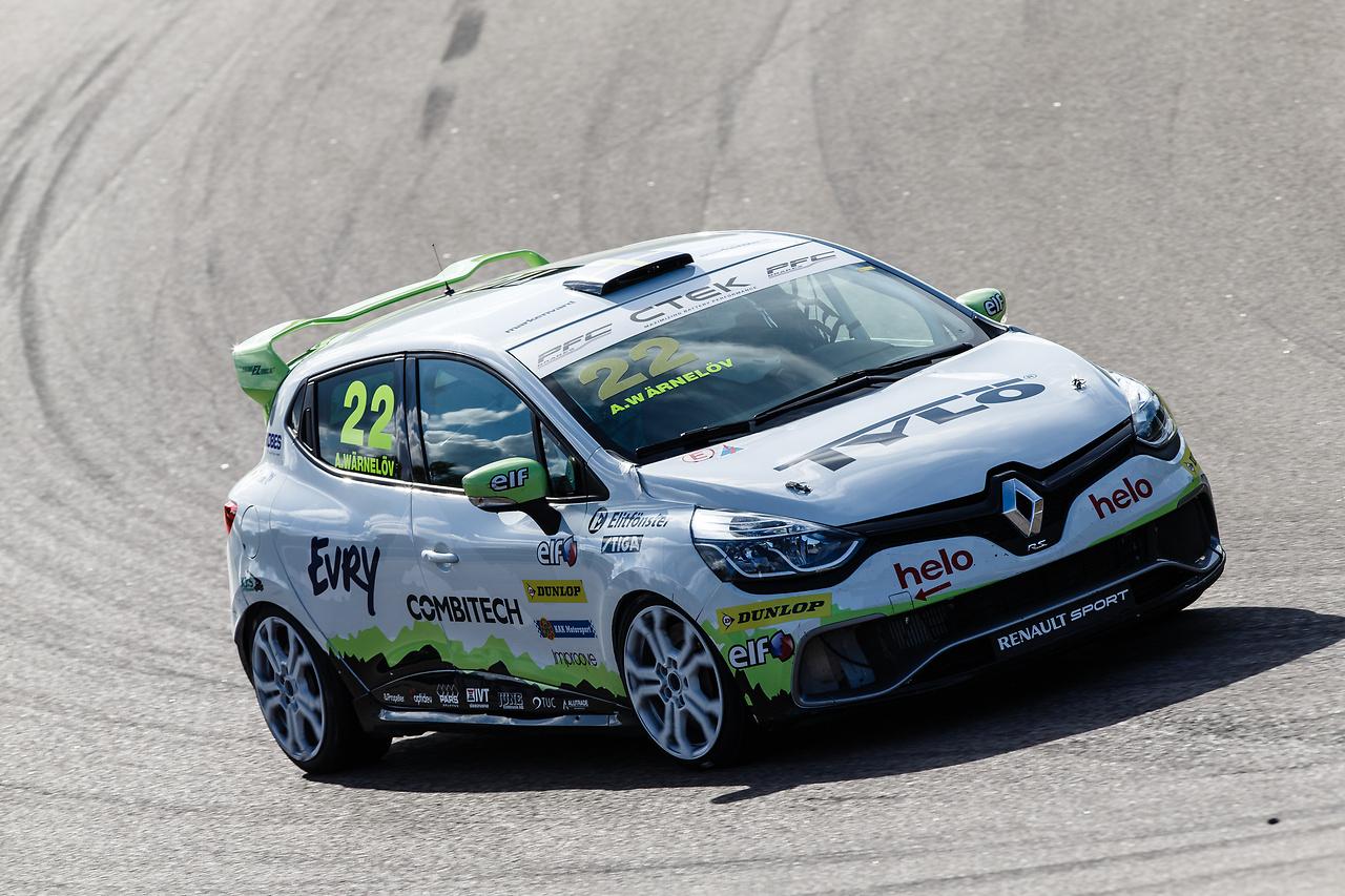 Albin Wärnelöv i sin Clio Cup racing bil