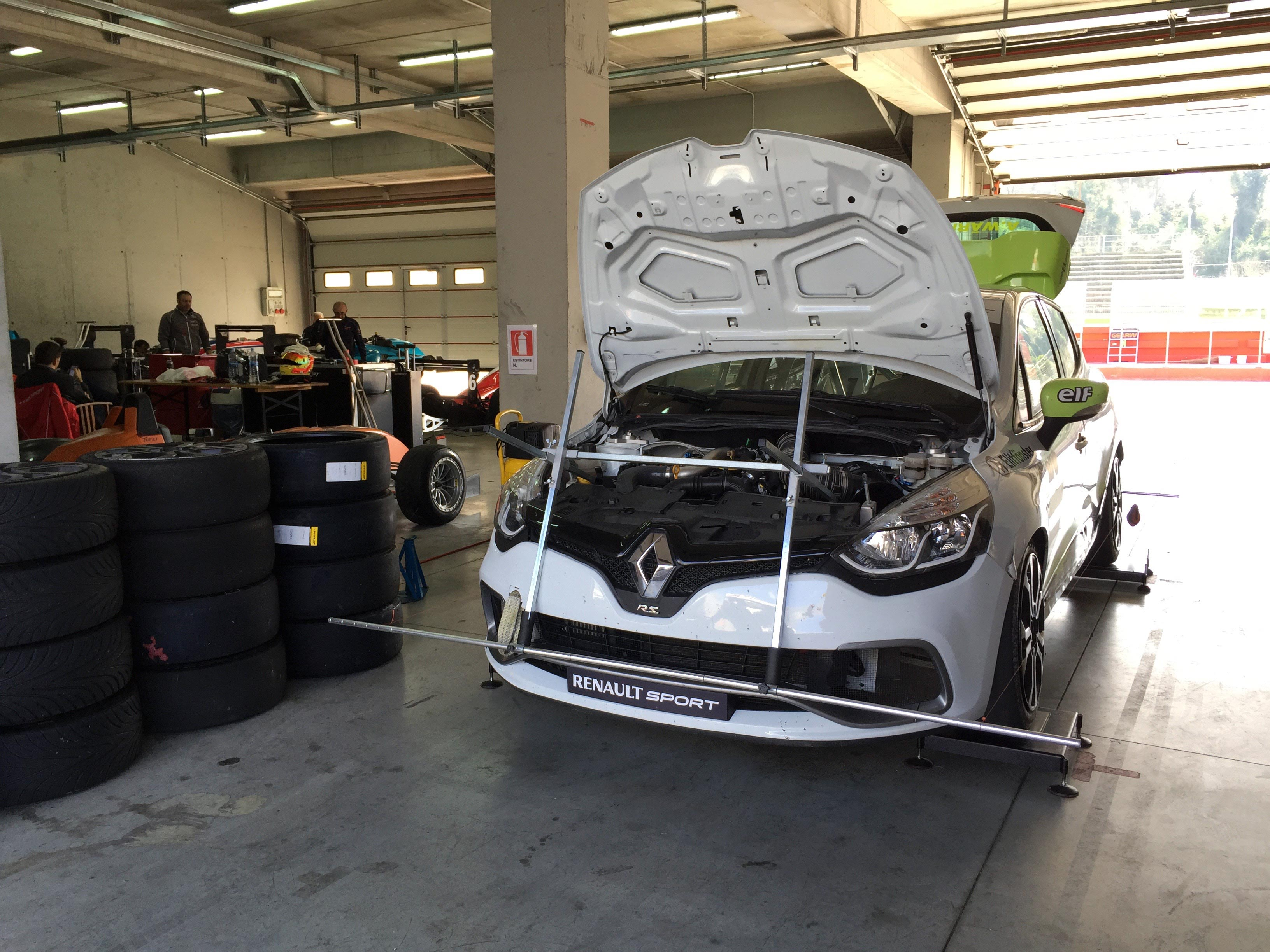 Set up på experion racing teams racingbil Clio i Imola