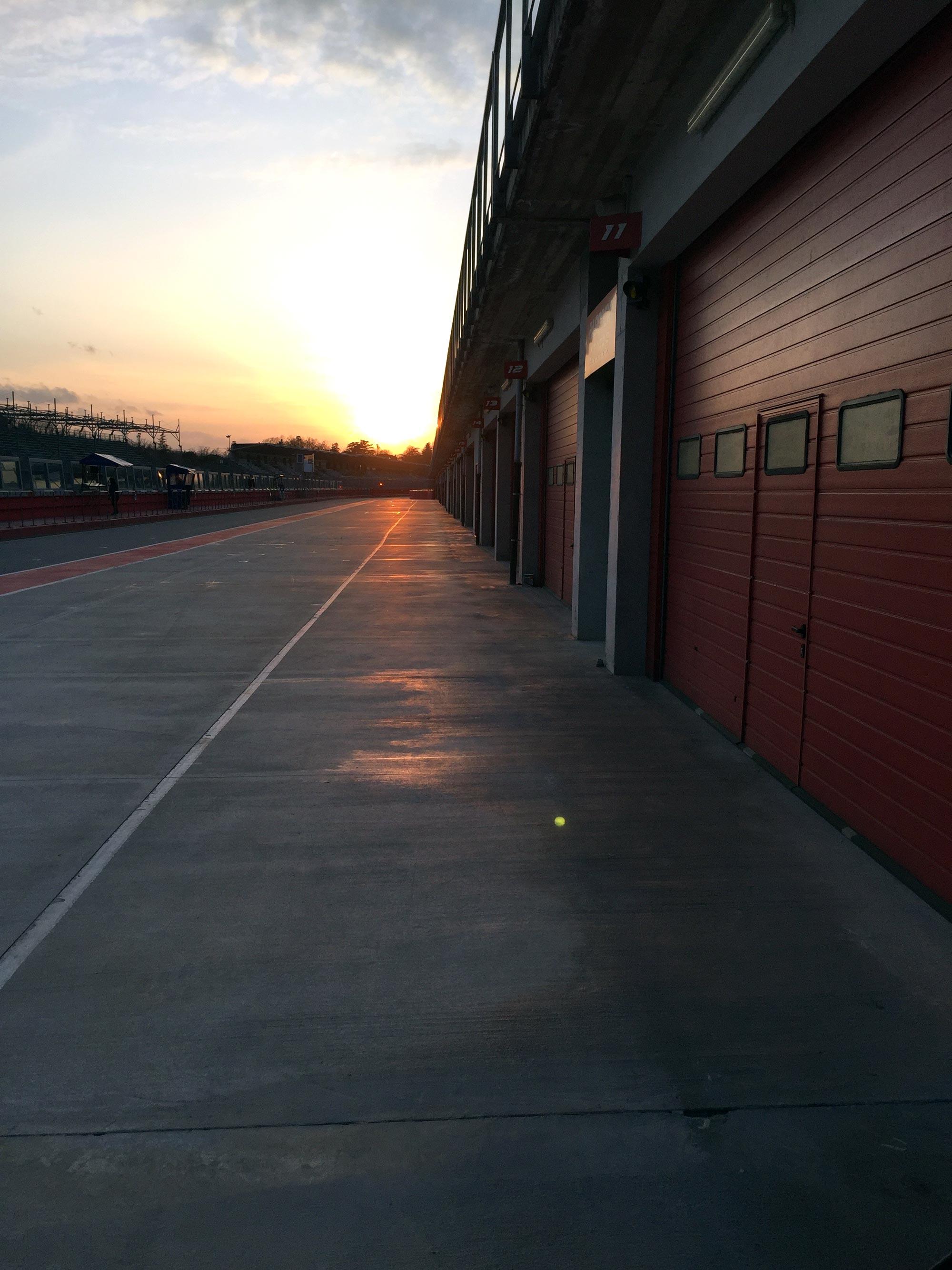 Imola pit lane efter en dag av tester
