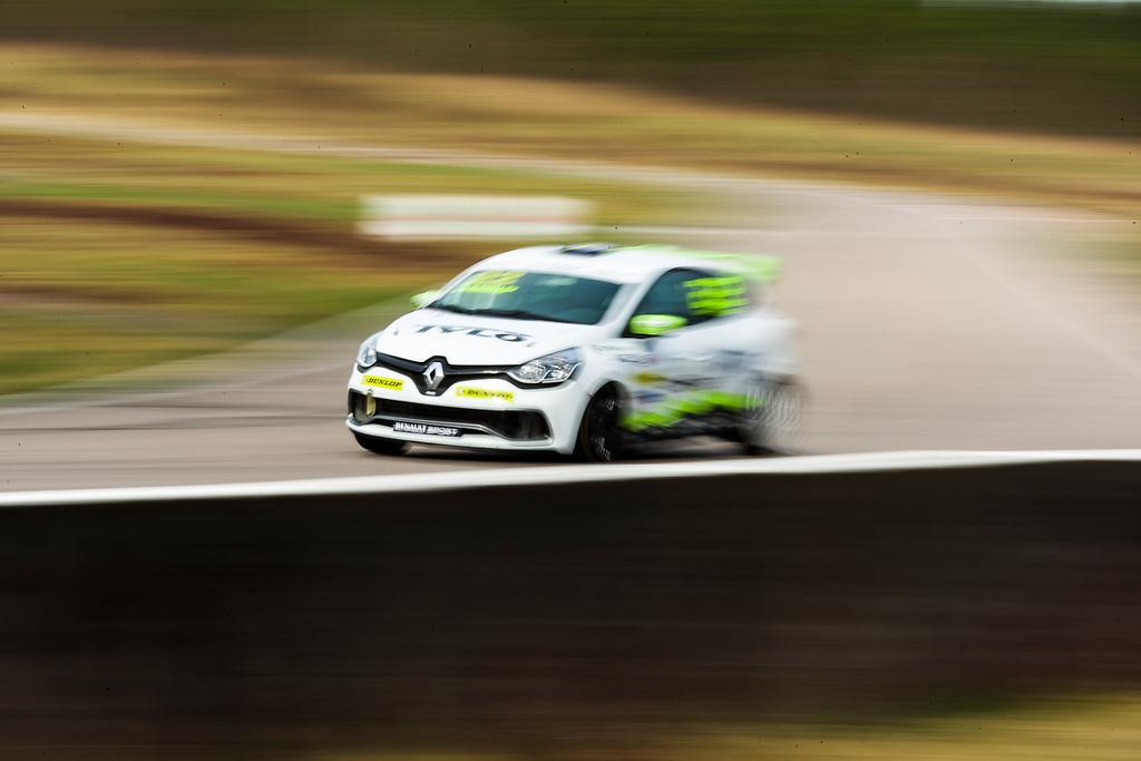 Full fart i racingbilen på Anderstorp Raceway.