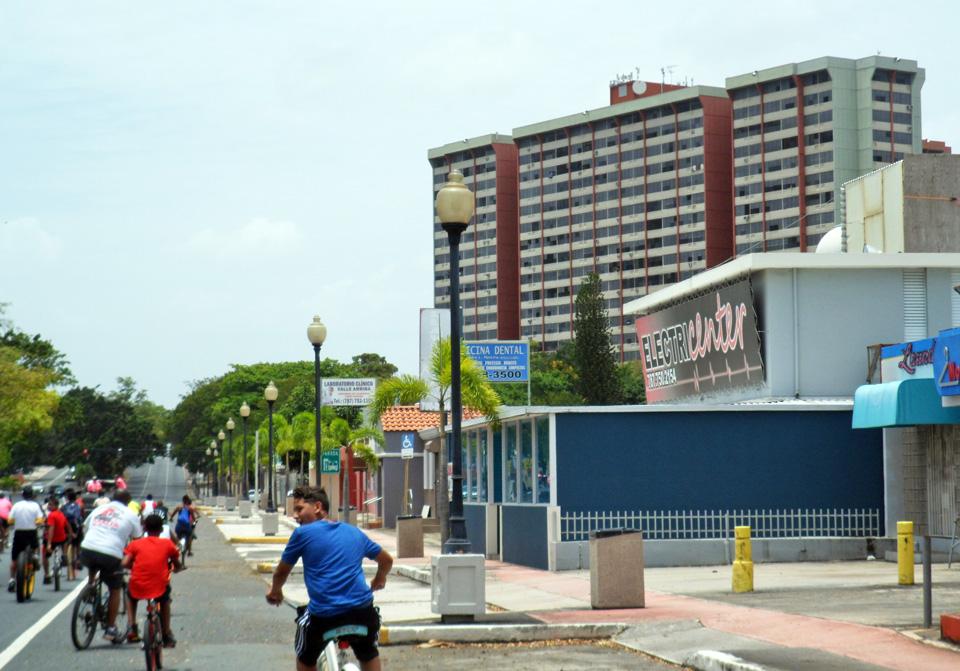 """Bicicletada de """"Haciendo la Diferencia:, un grupo de vecinos de la Comunidad Especial """"La Cerámica"""", Carolina, Puerto Rico. Avenida Monserrate / Paseo de Gigantes y Monserrate Tower de fondo."""