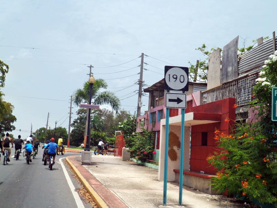 """Bicicletada de """"Haciendo la Diferencia:, un grupo de vecinos de la Comunidad Especial """"La Cerámica"""", Carolina, Puerto Rico. Carretera 190, Barrio Sabana Abajo."""
