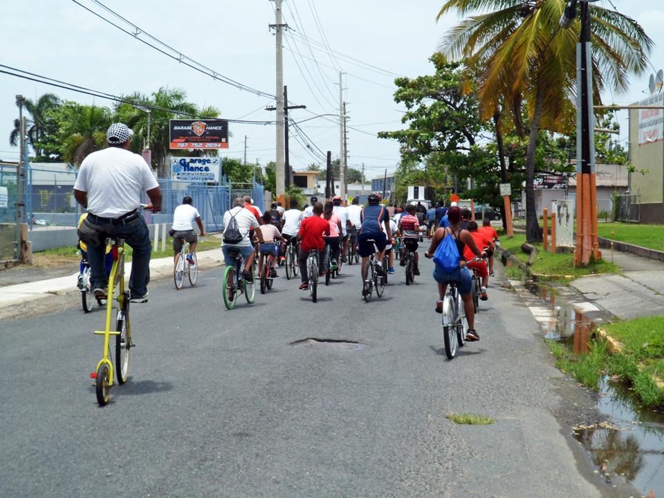 """Bicicletada de """"Haciendo la Diferencia:, un grupo de vecinos de la Comunidad Especial """"La Cerámica"""", Carolina, Puerto Rico. Barrio Sabana Abajo."""