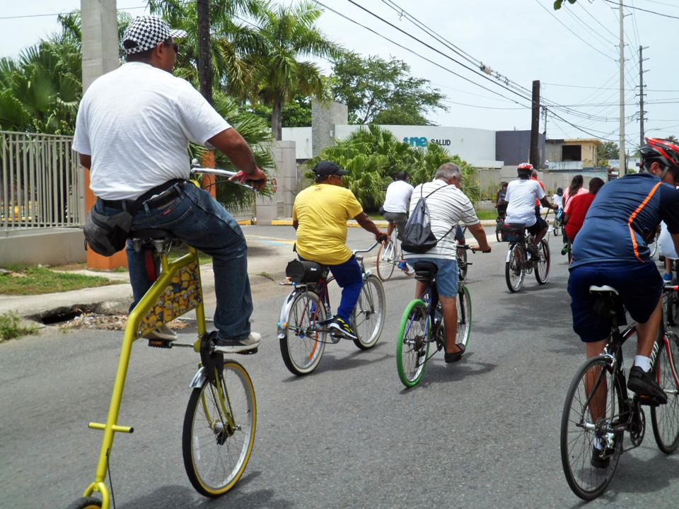 """Bicicletada de """"Haciendo la Diferencia:, un grupo de vecinos de la Comunidad Especial """"La Cerámica"""", Carolina, Puerto Rico. Barrio Sabana Abajo. UNE (Universidad del Este), antiguo CUE (Colegio Universitario del Este)."""