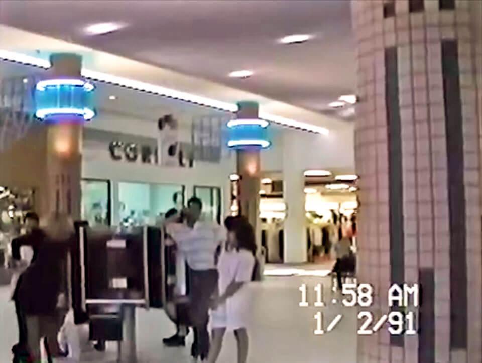 Foto vieja de teléfonos públicos en Plaza Carolina en el 1991, Carolina, Puerto Rico.