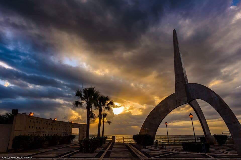 Atardecer en la Plaza de la Juventud, Carolina, Puerto Rico.