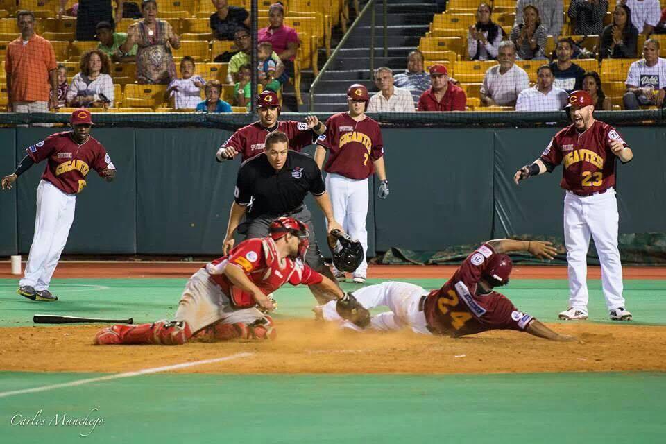 Jugada de Liga de Béisbol Roberto Clemente en Carolina, Puerto Rico.