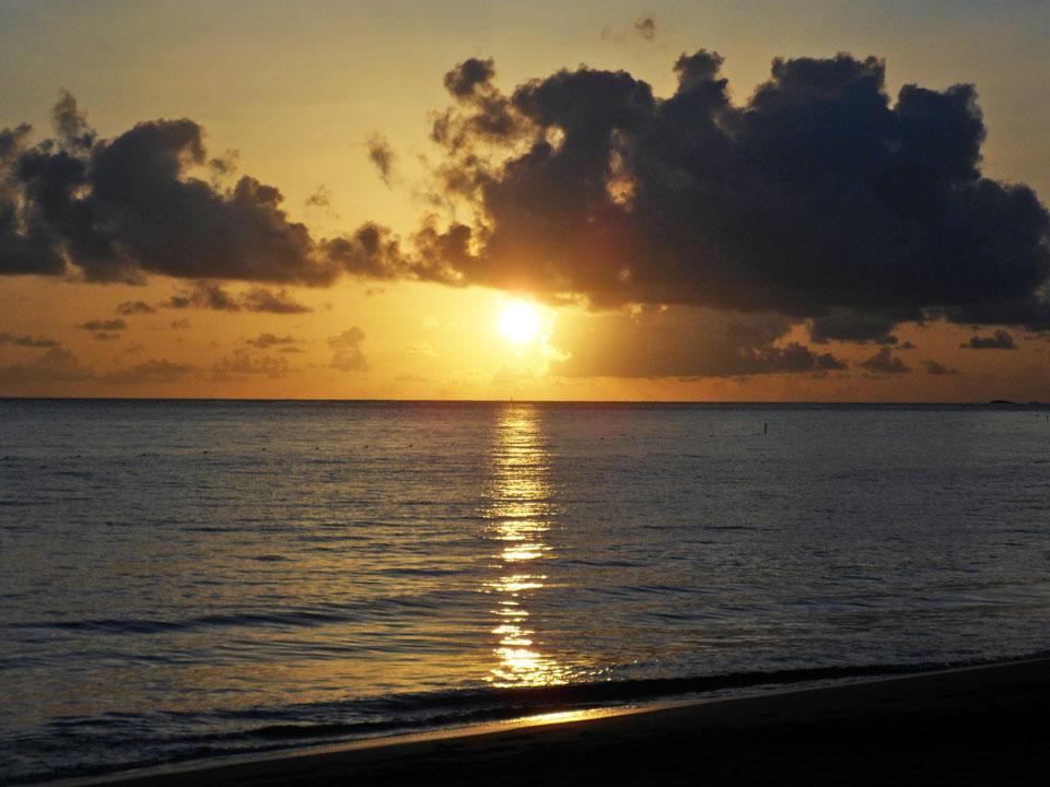 Salida del sol en playa Ocean Park, San Juan Puerto Rico.