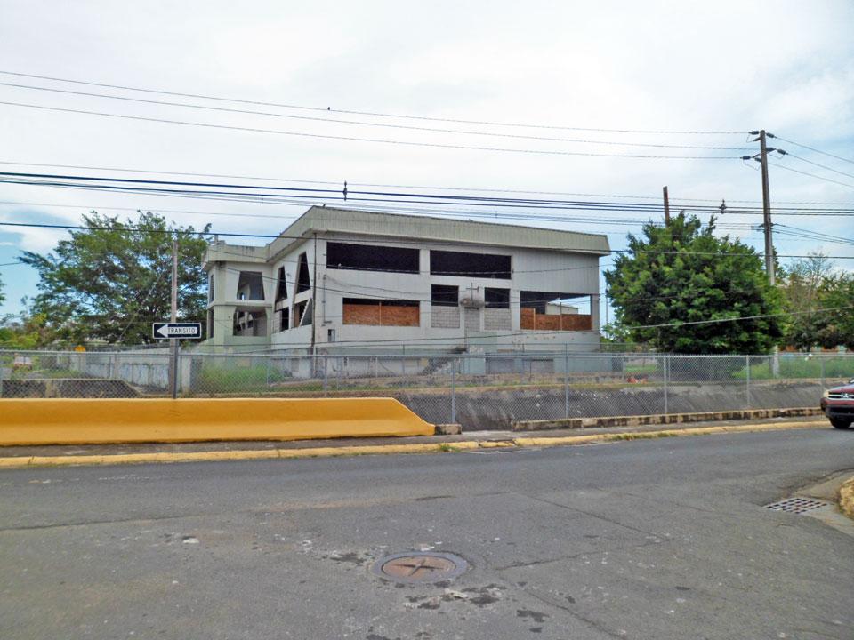 Mirando a la Antigua Iglesia Mission Board desde la casa con muchos extintores, Country Club, Carolina, Puerto Rico.