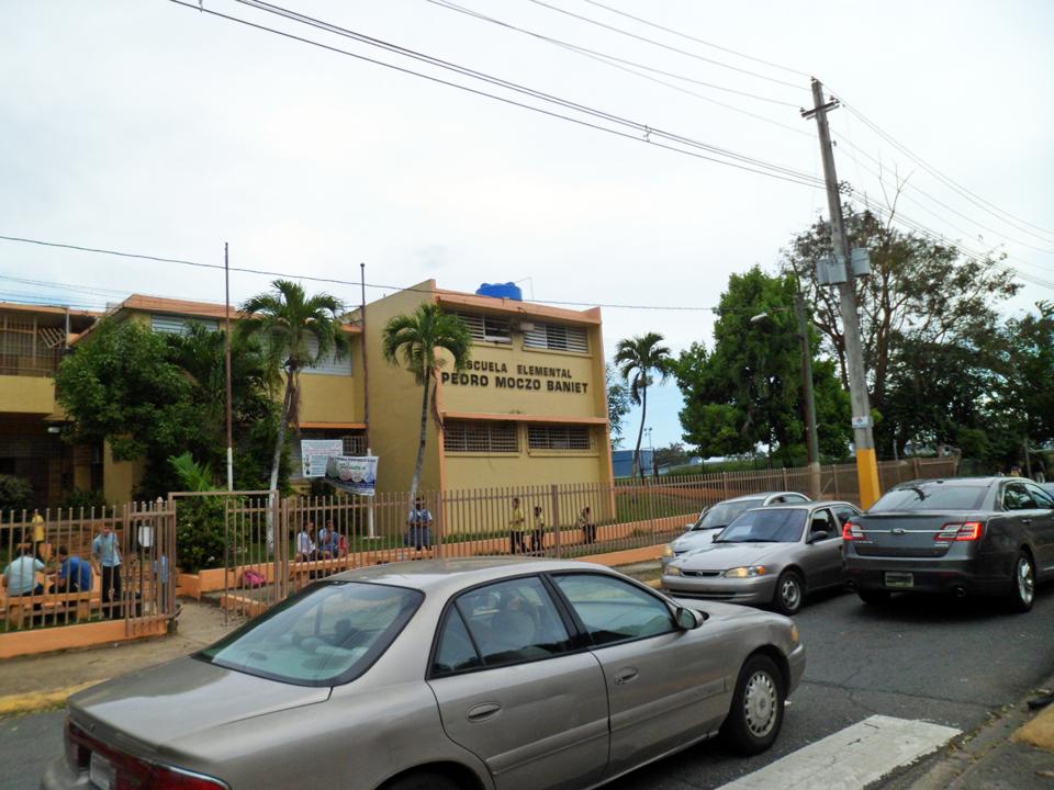 Escuela elemental Pedro Moczo Baniet, en la Calle San Fernando, Urbanización El Comandante.