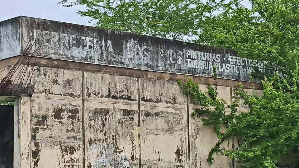 Local abandonado al lado de puesto de gasolina, en la Urbanización Jardines de Country Club, Carolina, Puerto Rico.
