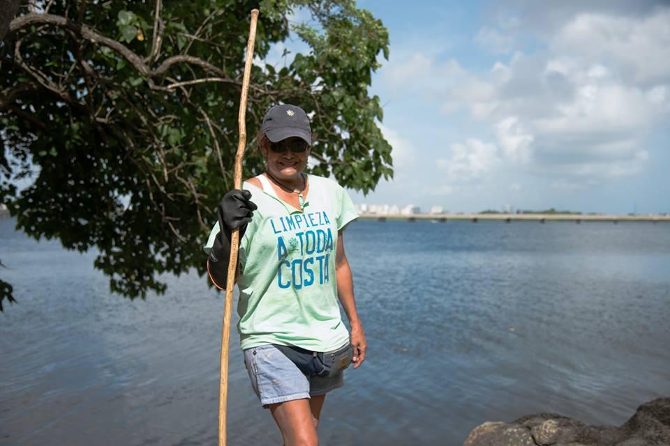"""Isabel, de """"Los Vigilantes"""", grupo de personas encargadas de limpiar y mantener el área de Laguna Gardens en buen estado. Carolina, Puerto Rico."""