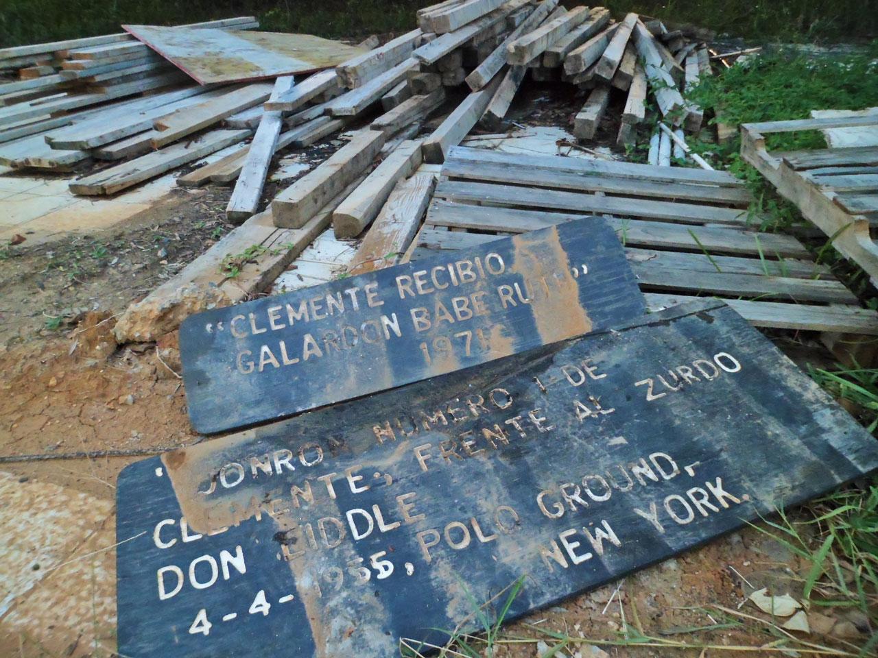 Memorabilia tirada en el piso de la Ciudad Deportiva Roberto Clemente en Carolina, Puerto Rico.