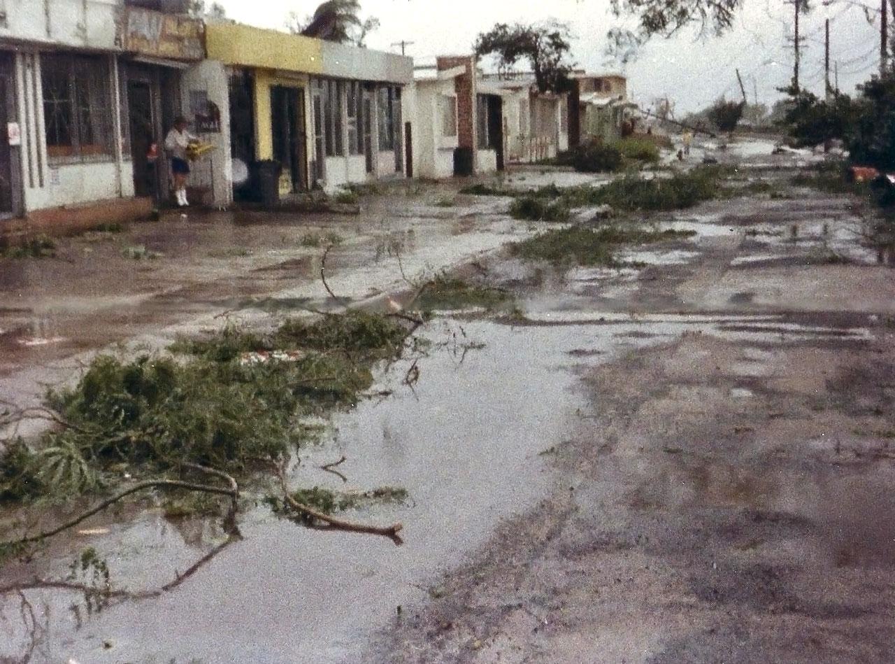 Foto tras el paso del Huracán Hugo por Puerto Rico. Marginal Los Ángeles.