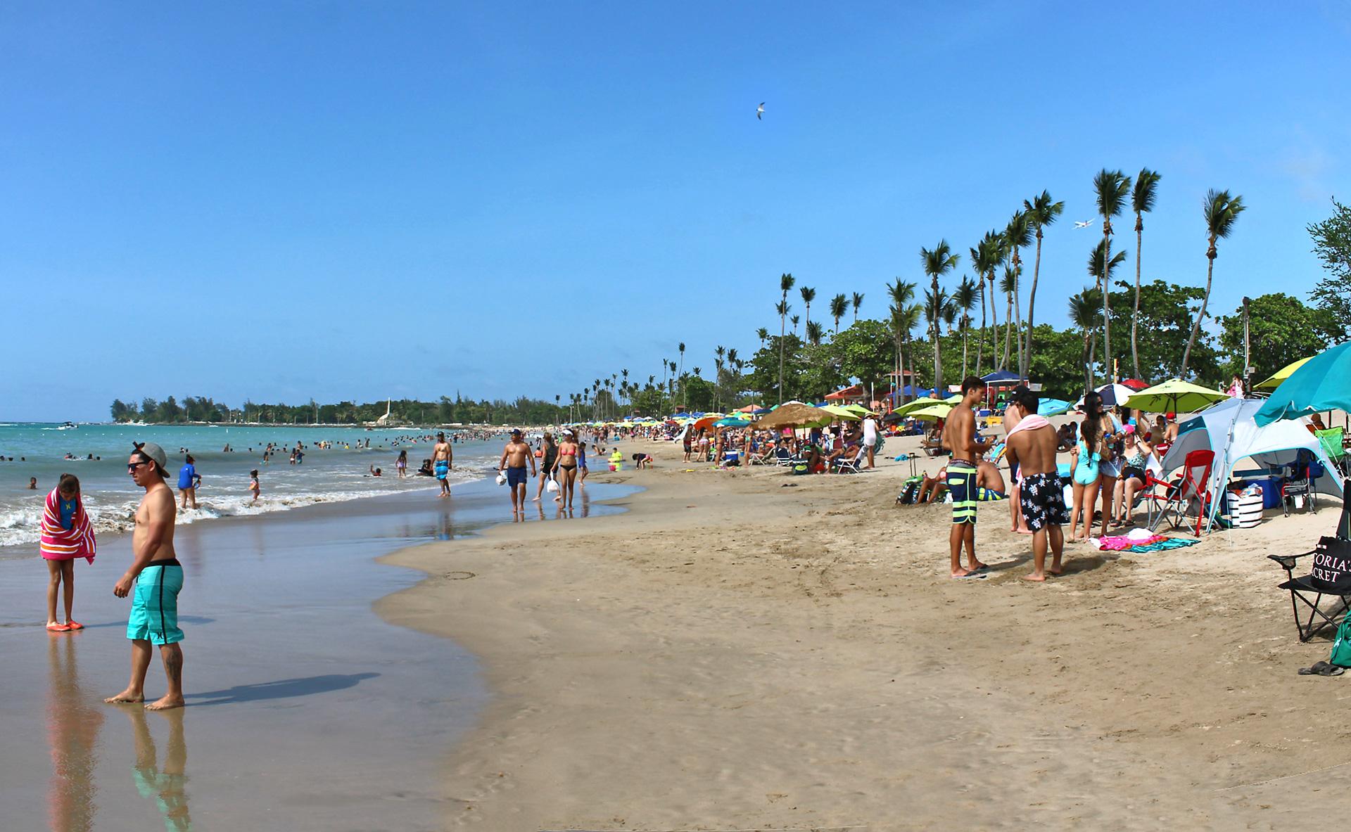 Playa Balneario de Carolina, Puerto Rico. Arena y mar.