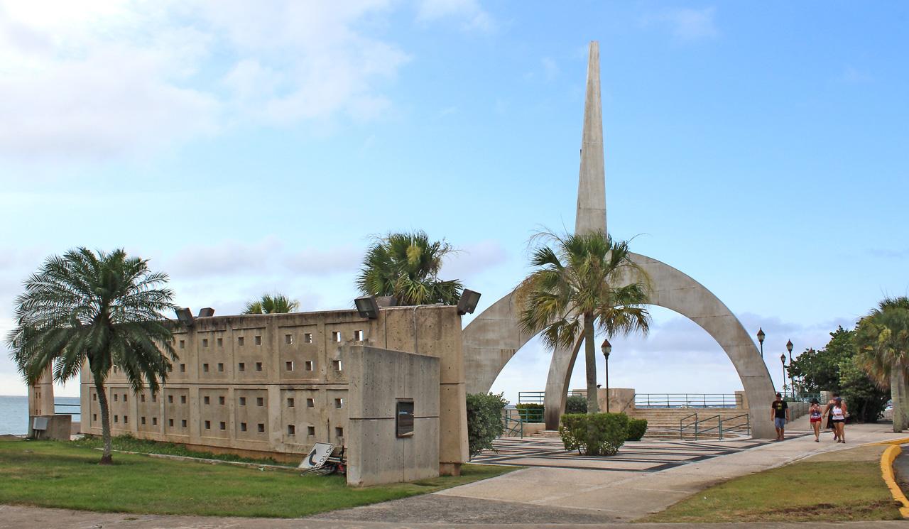 Plaza de la Juventud, cerca del Balneario de Carolina, Puerto Rico.